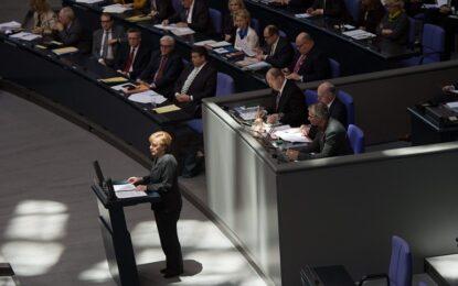Партията на Меркел одобри помощта за Гърция