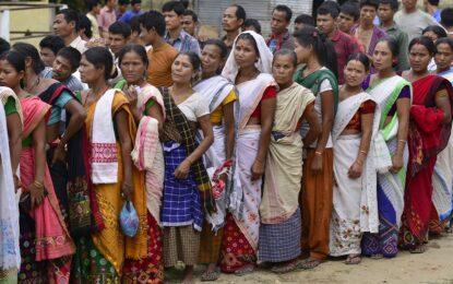 Индийците гласуват над месец в най-масовите избори