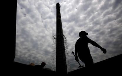 Китай уволнява 1.8 милиона миньори и металурзи