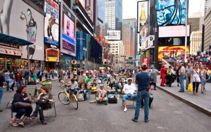 Ню Йорк игнорира гол модел с боди арт дънки