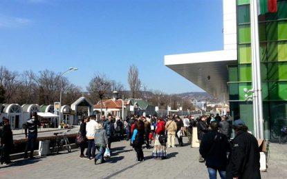 Петдесетина души на протест пред мола във Варна
