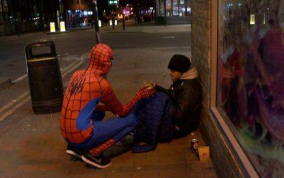Анонимен Спайдърмен храни бездомници нощем