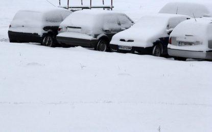 Снегът откъсна села от път, хляб и ток