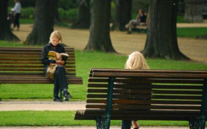 Държавата ще бори неграмотността с читални на обществени места