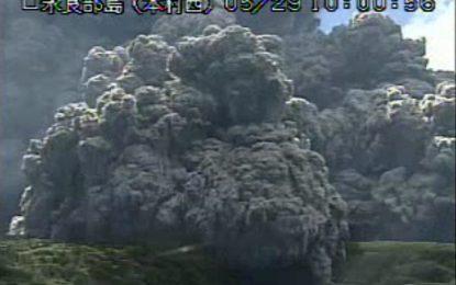 Японски вулкан хвърли огън и жупел на 9 км във въздуха