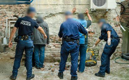 Полицията задържа десетки бежанци и трафиканти