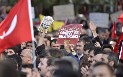 Сблъсъци в Истанбул след като съд затвори журналисти и депутати