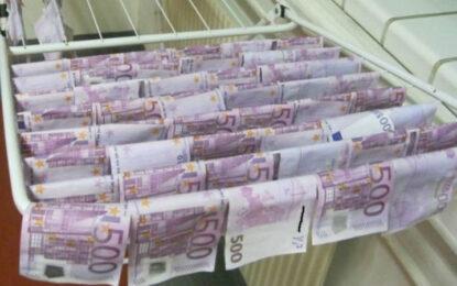 Банкноти от по  €500 и  €100 по тихия бял Дунав