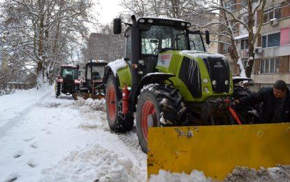 Училища затвориха заради снега, пътища – блокирани
