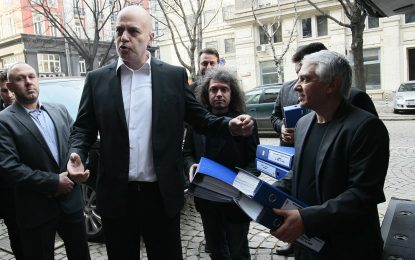 Слави и екипът му внесоха 673 481 подписа за референдума