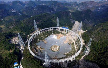 Китай изселва хиляди земляни в търсене на извънземни