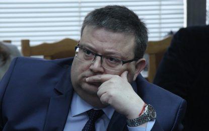 Цацаров обвини неефективната държава за хайките за бежанци