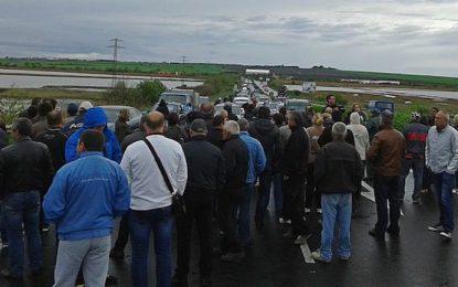 """Уволнените миньори от """"Черно море"""" блокираха пътя Бургас-Слънчев бряг"""