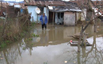 Реки в България пак заляха къщи и пътища