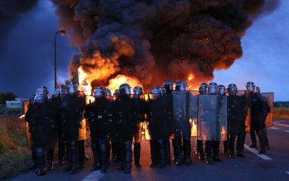 Протести срещу трудови реформи блокираха Франция