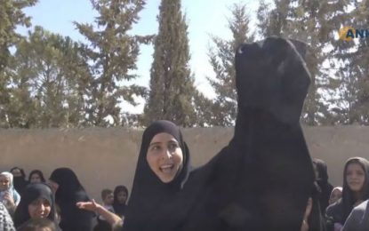 """Освободени от """"халифата"""" сирийки запалиха фереджетата"""