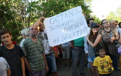 """Оставката на кмета на """"Младост"""" не топли гражданите"""
