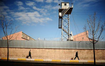 Турция пуска 38 000 затворници, за да освободи място за метежници