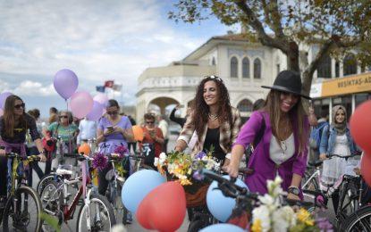 Хиляди жени излязоха по шорти на колело в Турция (галерия)