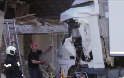 Трима с опасност за живота и един загинал, след като камион се заби в къща
