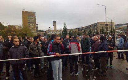 Вече близо денонощие миньори стачкуват в Бобов дол