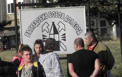 Mиньорите в Бобов дол взеха заплати и спряха стачката