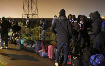 """""""Джунглата"""" в Кале си отива сред сблъсъци на мигранти и полиция"""