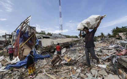 Расте броят на жертвите на мощния трус в Индонезия