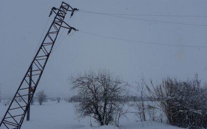 Силен вятър остави хиляди без ток