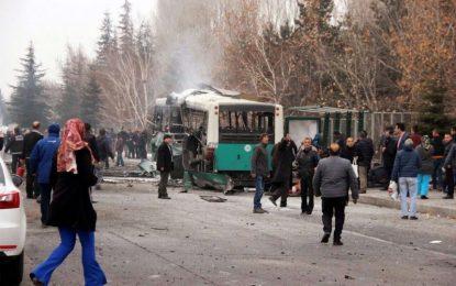 Кола-бомба се вряза в автобус и уби 13 войници в Турция