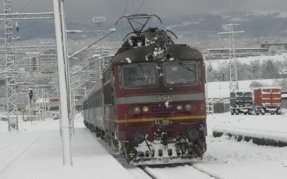 Близо 150 места без ток, спрени влакове