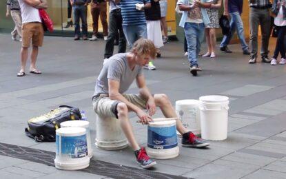 Уличен барабанист е гледан от милиони в YouTube