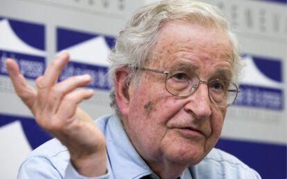 """""""Неосведоменото общество"""" от Ноам Чомски"""