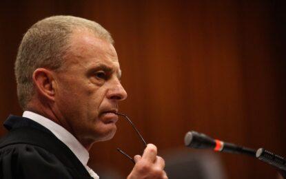 Прокурорът въртя на шиш обвинения в убийството на приятелката си Оскар Писториус