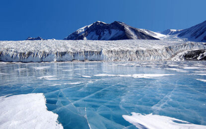 """""""Ноев ковчег"""" в Антарктида за проби от лед"""