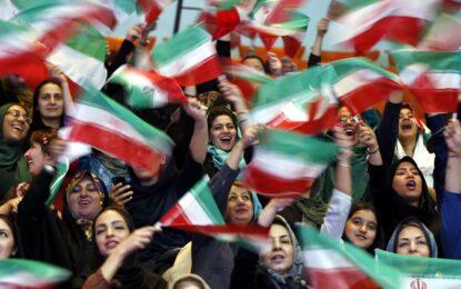 Иранките гледат Световното напук на забраната