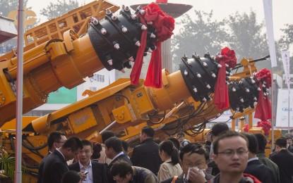 Китай изравнява със земята планини, за да разширява градове