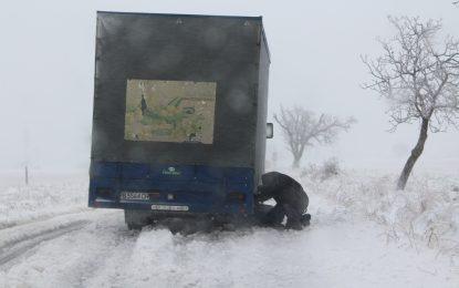 Снегът спря тока на 33 000 души и затвори магистралите (обновена)