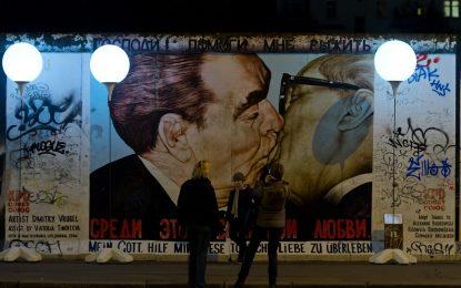 Берлинската стена спаси света от ядрен конфликт