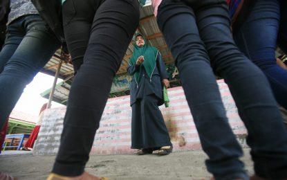Полицията в Индонезия взима само девици
