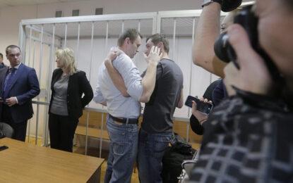 В Русия осъдиха братята Навални, Олег вече е в Бутирка