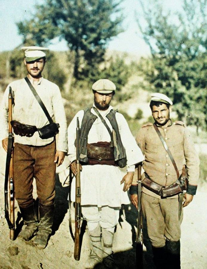 Ескортът на фотографа - двама войници и един четник