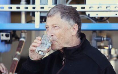 Бил Гейтс отпи от чаша с човешки екскременти