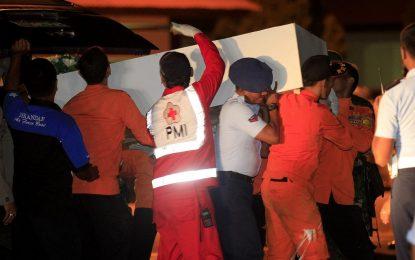 Още две тела от изгубения самолет се появиха