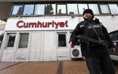 """Полиция нахлу в турски вестник, препечатал новия """"Шарли"""""""