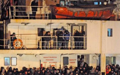 Кораб с 400 имигранти бедства край италианския бряг