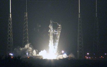 SpaceX изстреля успешно първия товарен кораб за многократна употреба