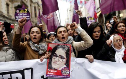 Турция на протест след брутално убийство на млада жена