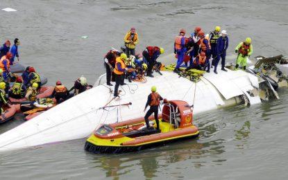 Поне 12 души загинаха в самолетна катастрофа в Тайван