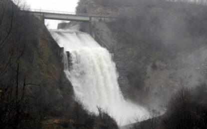 Язовири и реки преливат, стотици евакуирани